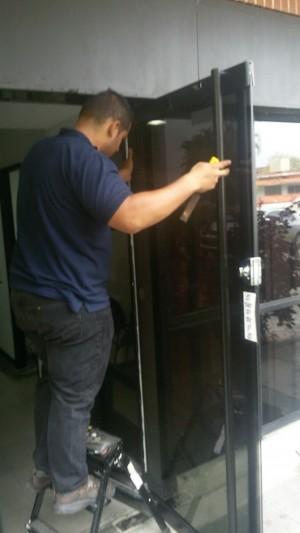 reparacion mantenimiento de puertas de vidrio bancaria