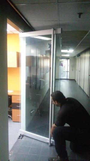 reparación y mantenimiento de puertas de vidrio